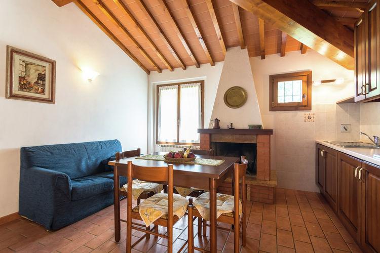 La cucina con caminetto dell'appartamento Esther